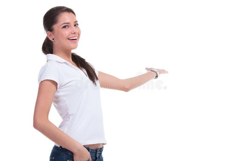 Zufällige Frau, die sich herein zurück darstellt lizenzfreies stockfoto