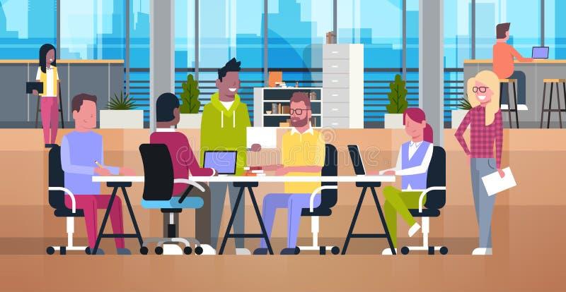 Zufällige Geschäftsleute, die in Coworking-Büro moderner Team Metting Mix Race Businesspeople sitzt am Schreibtisch zusammenarbei stock abbildung