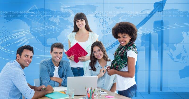 Zufällige Geschäftsleute, die am Schreibtisch gegen Diagramm lächeln stockfotos