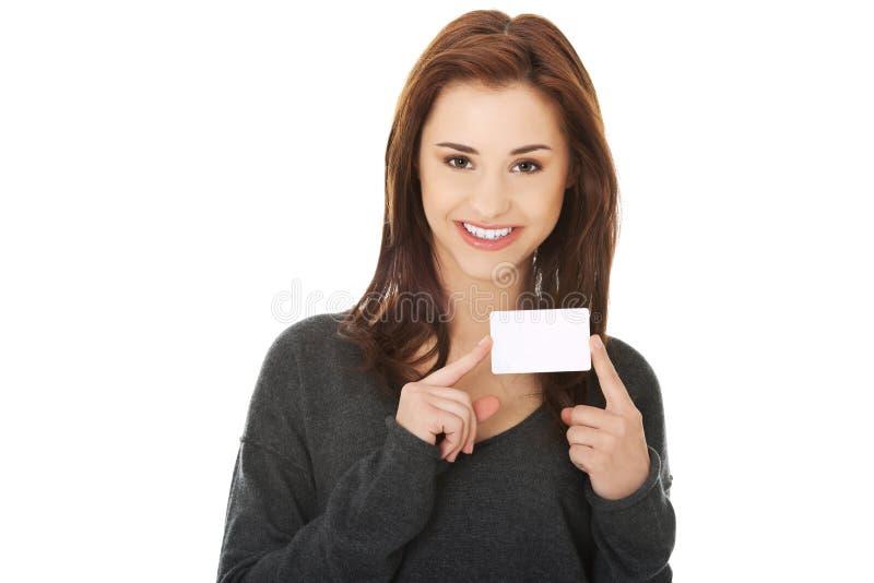 Zufällige glückliche Frau mit Visitenkarte stockbild