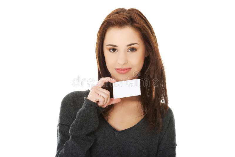 Zufällige glückliche Frau mit Visitenkarte stockbilder