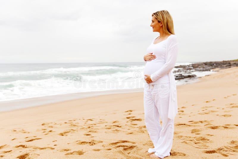 Zufällige Kleidung der schwangeren Frau lizenzfreies stockbild