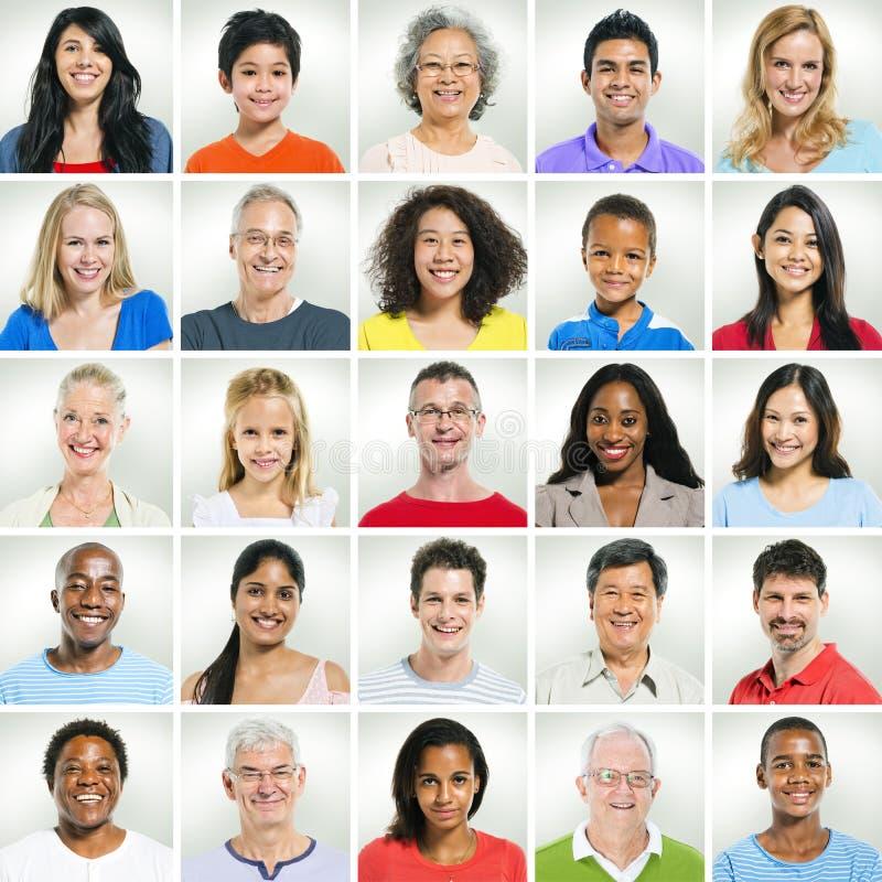 Zufällige lächelnde Gesichter in Folge stockfotos