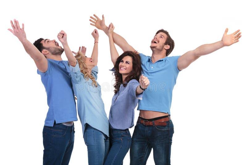 Zufällige Leute, die Erfolg feiern und oben schauen stockfotografie