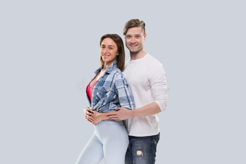 Zufällige Paar-Umarmung, junge Frau und Mann-glückliches Lächeln hübscher Guy Hugging Beautiful Girl lizenzfreies stockfoto