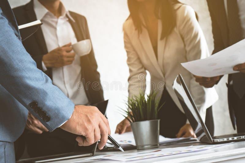 Zufällige Sitzung des Geschäftsteams und Diskussion an Arbeitsplatz lizenzfreie stockbilder