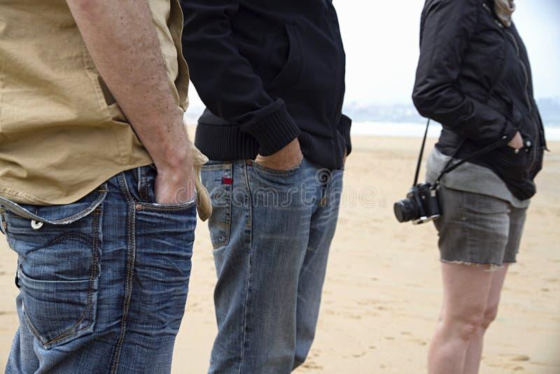 Zufällige Touristen auf Strand lizenzfreies stockfoto