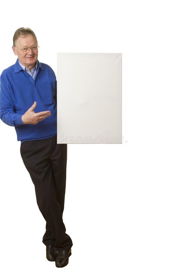 Zufälliger älterer Geschäftsmann, der leeres Zeichen hält stockfotos