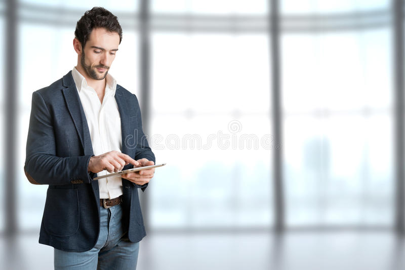 Zufälliger Geschäftsmann Looking an einem Tablet lizenzfreie stockfotografie