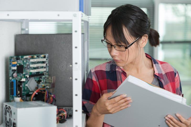 Zufälliger Holdingordner der jungen Frau im Büro stockfoto