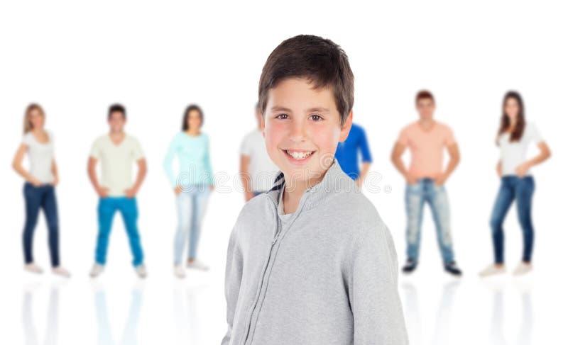 Zufälliger jugendlicher Junge und unfocused zufällige Leute stockfoto