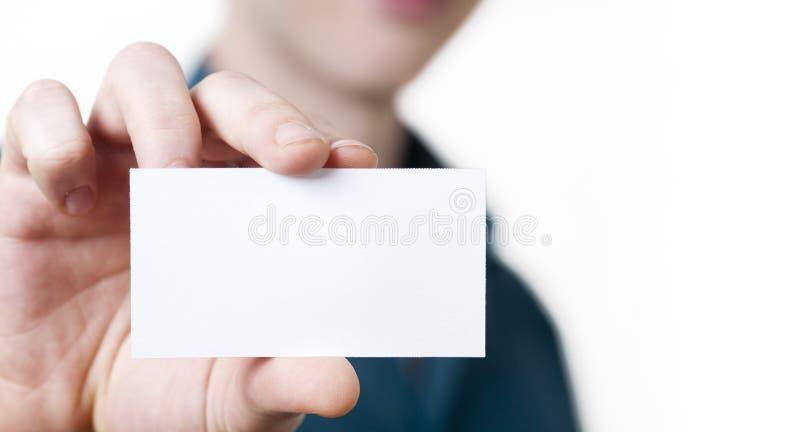 Zufälliger junger Geschäftsmann, der Visitenkarte hält. lizenzfreie stockfotografie