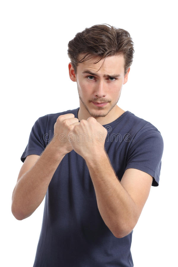 Zufälliger junger Mann bereit, das Angreifen mit der Faust oben zu kämpfen lizenzfreie stockfotografie