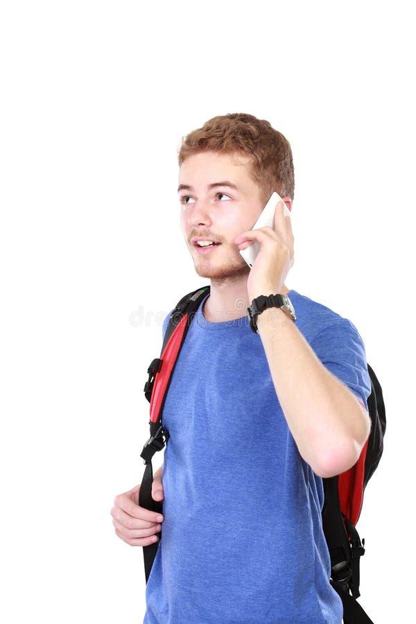 Zufälliger junger Mann, der am Telefon spricht stockfoto