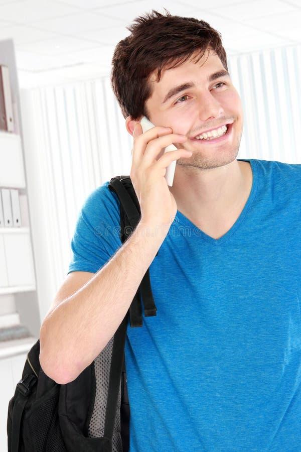 Zufälliger junger Mann, der am Telefon spricht lizenzfreie stockfotografie