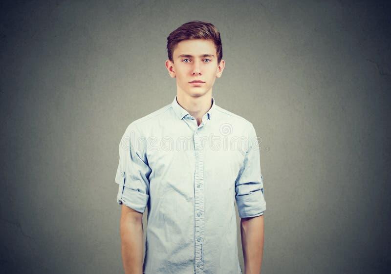 Zufälliger junger Mann im blauen Hemd lizenzfreie stockfotografie