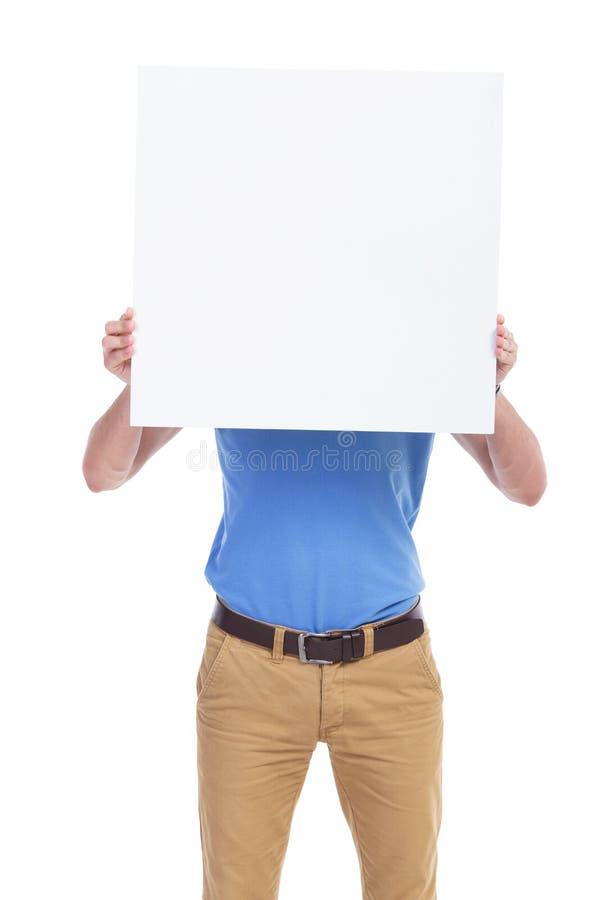 Zufälliger junger Mann mit Brett vor Gesicht lizenzfreie stockfotografie
