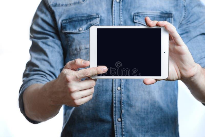 Zufälliger Mann, der digitalen Tablet-Computer-Schirm in den Händen zeigt Auf Weiß stockbilder