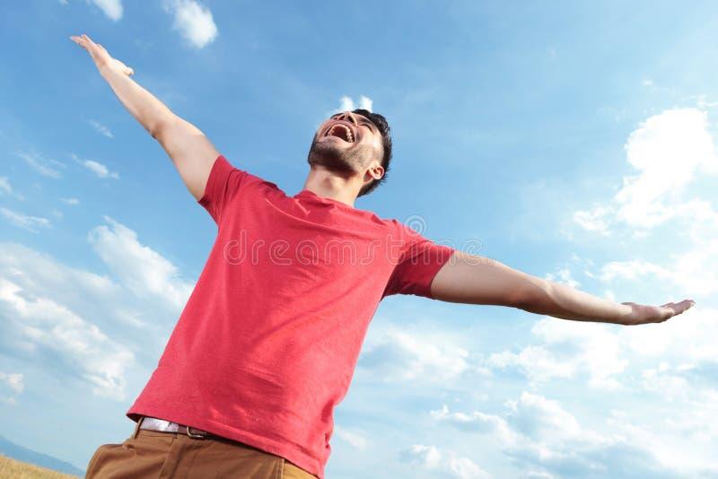 Zufälliger Mann, der am Himmel schreit stockbild