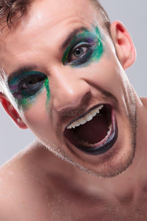 Zufälliger Mann mit Make-up lacht heraus lautes lizenzfreies stockfoto