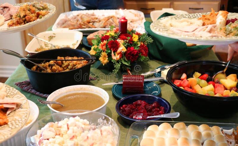 Zufälliges Danksagungs-Fest auf Tabelle mit den Platten, die gefüllt werden lizenzfreies stockbild