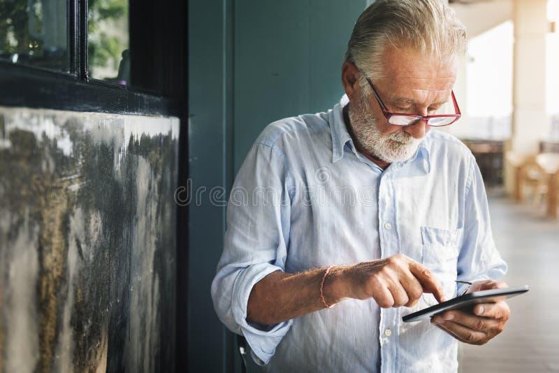 Zufälliges Freizeit-älterer Mann-Lebensstil-Konzept stockfoto