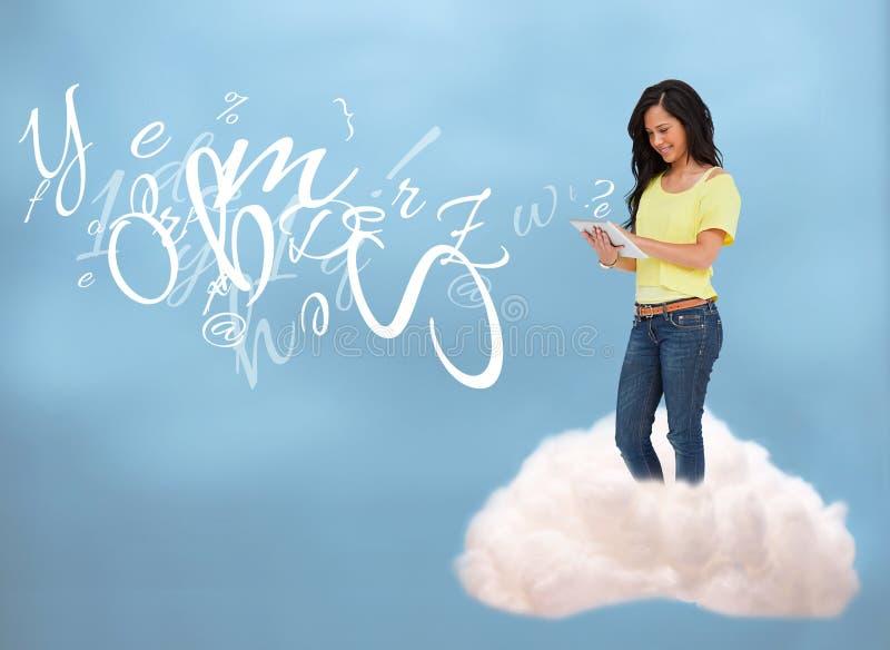Zufälliges glückliches Mädchen, das an die Wolkendatenverarbeitung anschließt lizenzfreies stockfoto