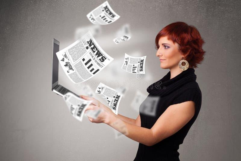 Zufälliges junge Frau holdin Notizbuch und Ablesen des Sprengstoffes neu lizenzfreie stockbilder