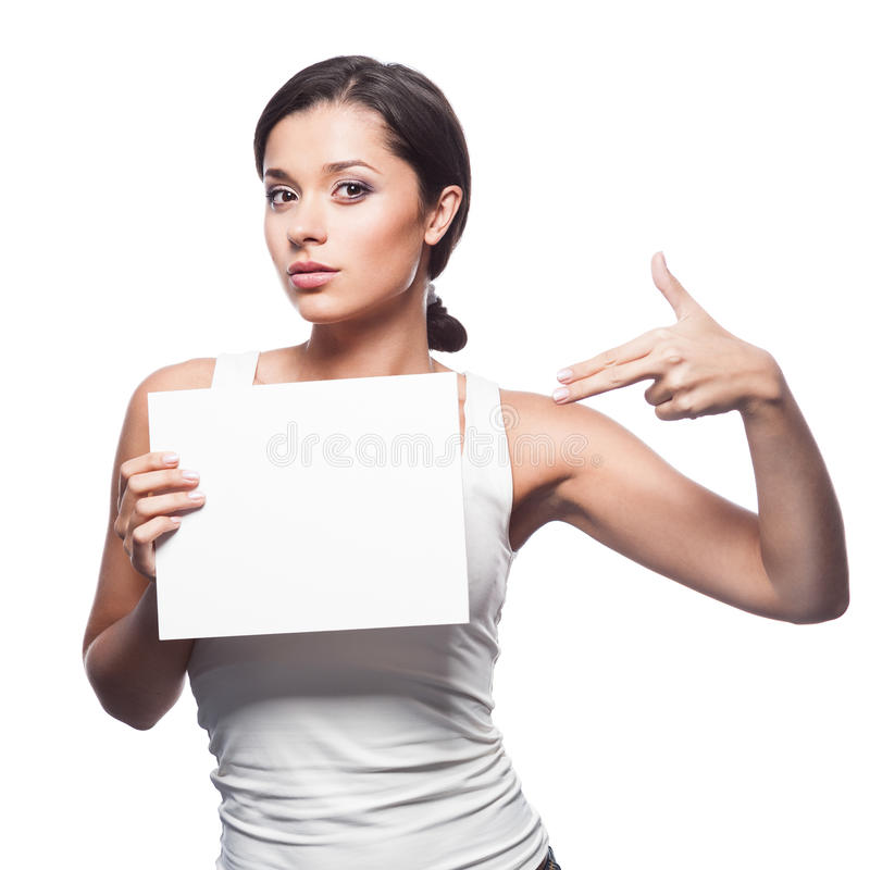 Zufälliges junges Brunettemädchen, das Zeichen hält stockbilder