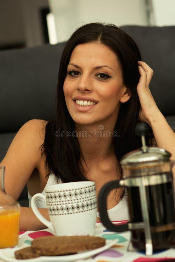 Zufälliges Mädchen nehmen zu Hause das Frühstück lizenzfreies stockbild