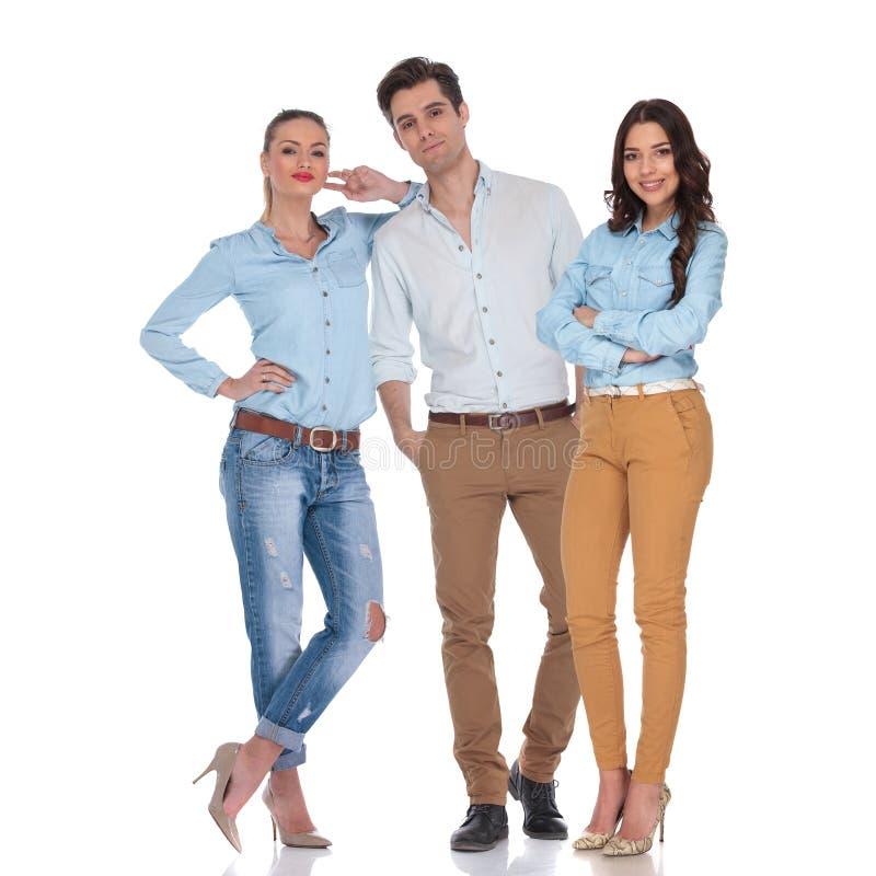 Zufälliges Team von zwei überzeugten Frauen und von attraktiven Mann lizenzfreies stockfoto