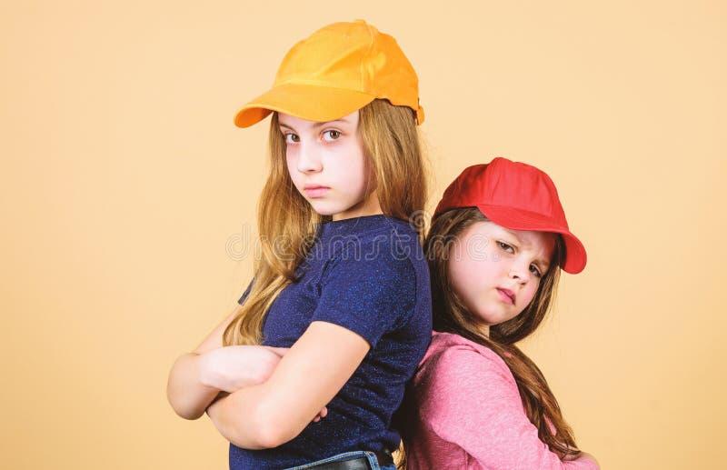 Zuf?llige cuties Nette kleine Mode-Modelle mit zuf?lligen Blicken Entz?ckende M?dchen in der Freizeitkleidung Kleine Kinder mit l lizenzfreies stockfoto