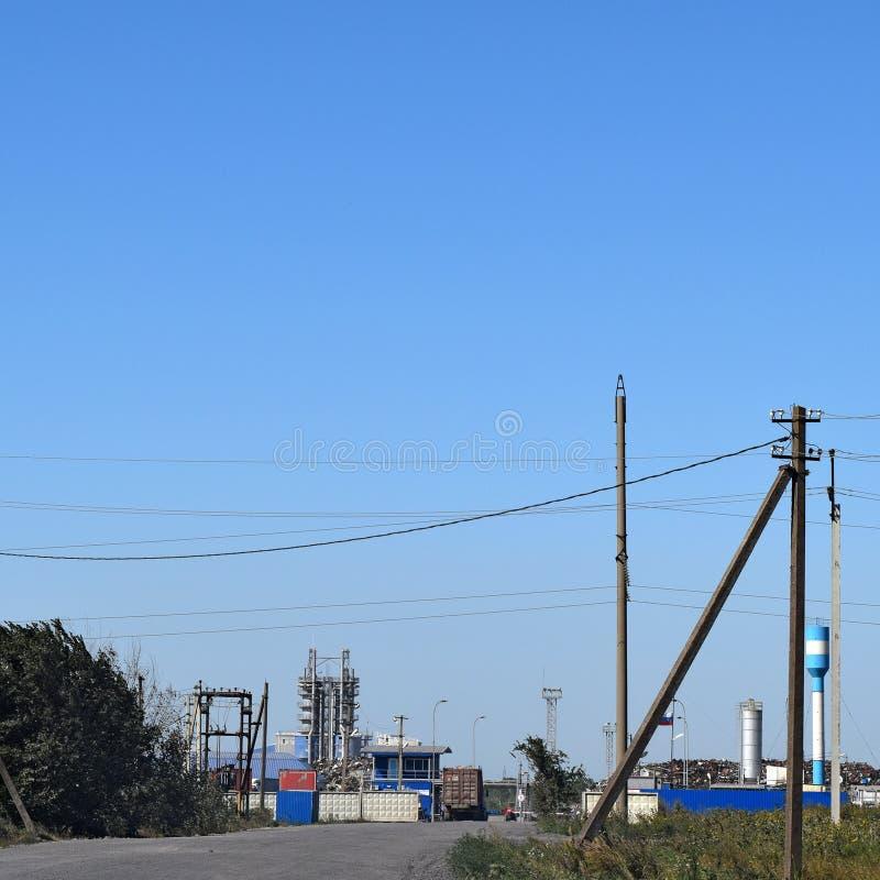 Zufahrtsstraße zur großen Anlage für die Verarbeitung des Altmetalls lizenzfreies stockfoto