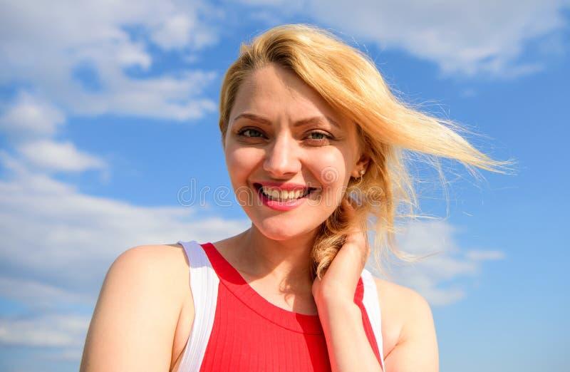 Zufrieden gestellt mit einzelnem Leben Genießen blondes Damenlächeln des Mädchens Freiheit und Hintergrund des blauen Himmels des stockbild