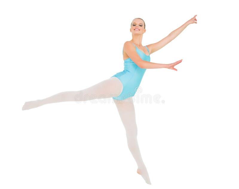 Zufriedene hübsche aufwerfende und springende Ballerina lizenzfreie stockbilder