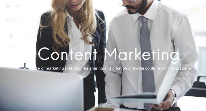 Zufriedene Marketing-Social Media-Werbung einbrennendes Handelsc stockfotografie