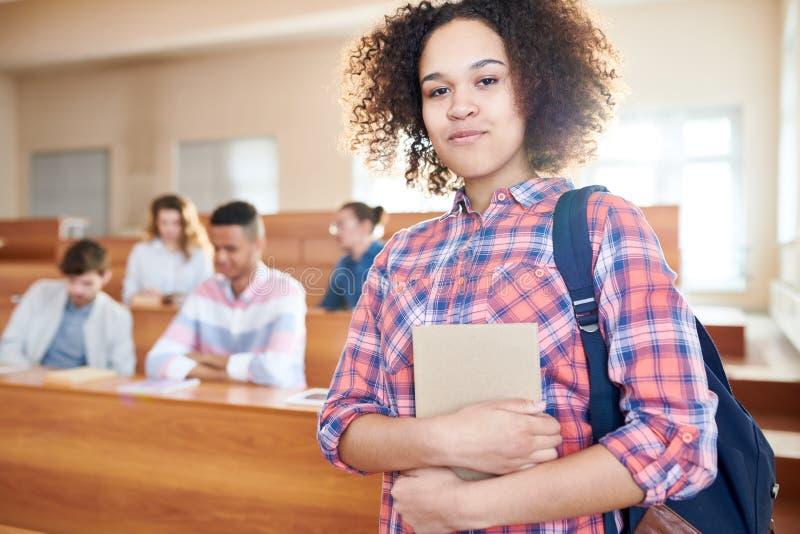 Zufriedener afrikanischer Student in der Universität stockbild