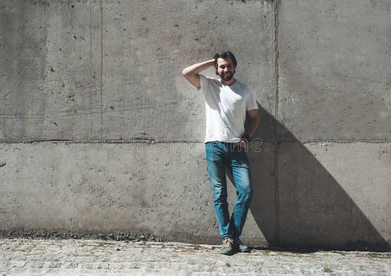 Zufriedener Kerl, der draußen schönen Tag genießt lizenzfreie stockfotos