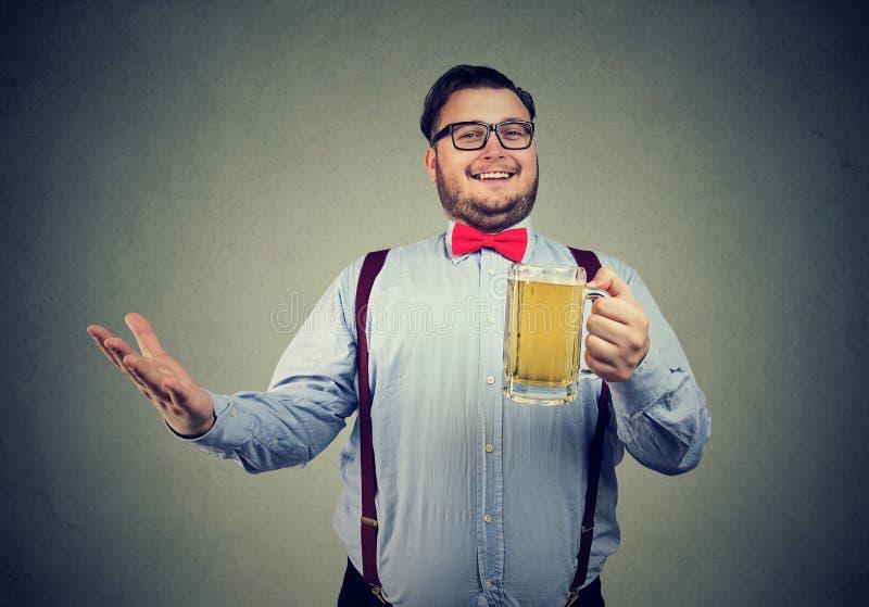 Zufriedener Mann mit Bier des Bechers O lizenzfreie stockfotos