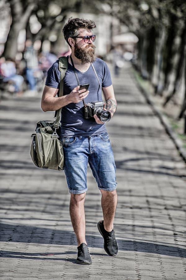 Zufriedener Sch?pfer B?rtiger Hippie-Fotograf des Mannes Alt aber noch gut Fotografgriff-Weinlesekamera Moderner Blogger lizenzfreie stockfotografie