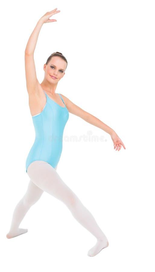 Zufriedenes hübsches Ballerinatraining lizenzfreie stockfotos
