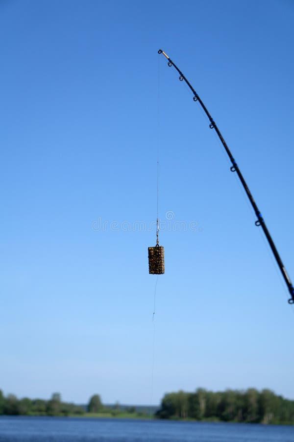 Zufuhr für die Fischerei im Gewicht von vierzig Gramm mit dem Schwenker lokalisiert auf Weiß Beschneidungspfad eingeschlossen stockfoto
