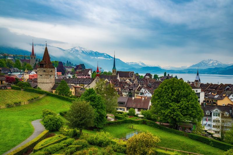 Zug,瑞士老镇的美好的全景顶视图  库存照片