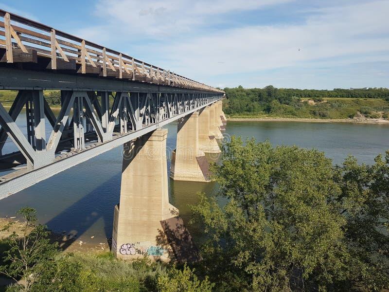 Zug-Brücke und Fluss lizenzfreie stockfotos