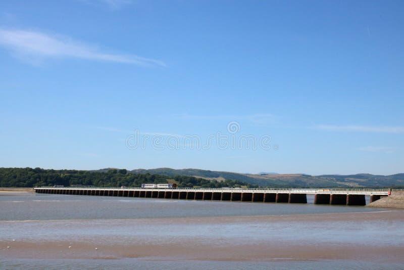Zug, der Arnside-Viadukt Fluss-Kent-Mündung kreuzt stockfoto