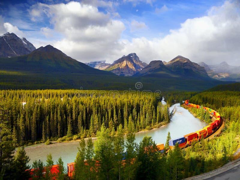 Zug, der in Berge sich bewegt stockbild