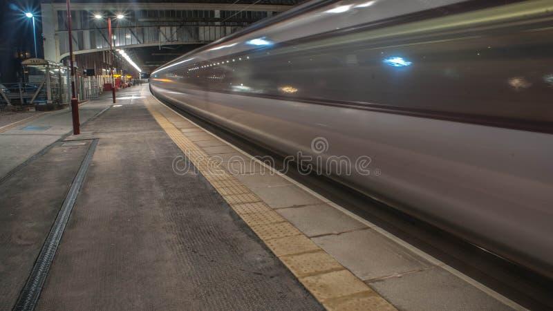 Zug, der Station verlässt stockfoto
