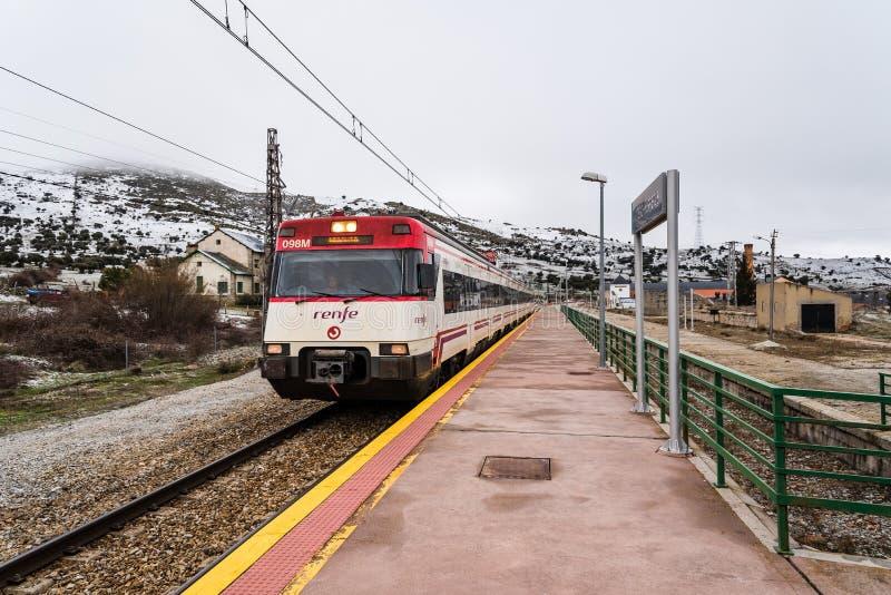 Zug, der die Station einträgt stockfoto