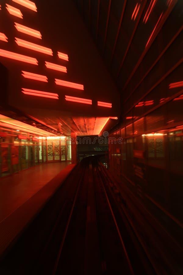 Zug, der Tunnel durchläuft stockfoto