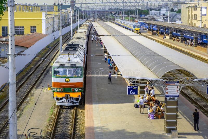 Zug, der vom Bahnhof in Gomel abreist stockfotos